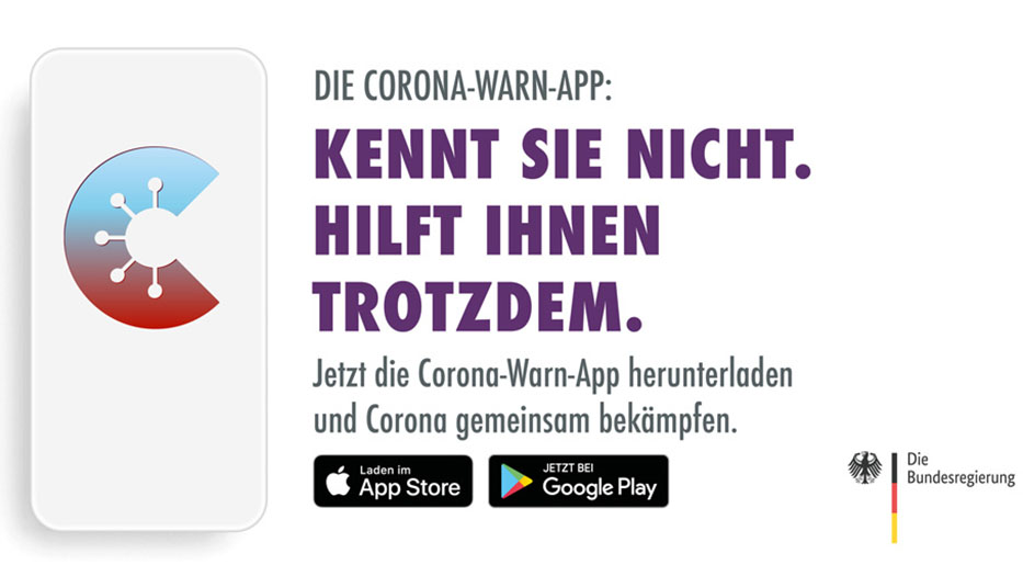 """Smartphone mit Logo der Corona-Warn-App, rechts daneben der Schriftzug: """"Kennt Sie nicht. Hilft Ihnen trotzdem."""", darunter: Logos des AppStore und GooglePlay Store"""