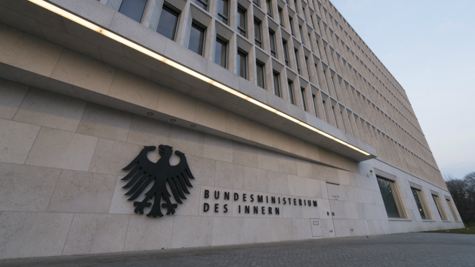 Logo of the Federal Ministry of the Interior at the protocol entrance of the Moabiter Werder building