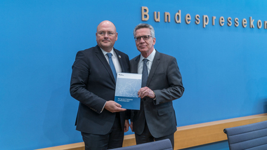 BSI president Schönbohm and Federal Minister of the Interior de Maizière present the situation report on IT security