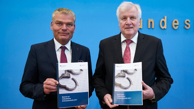 Holger Stahlknecht and Federal Interior Minister Horst Seehofer present the crime statistics for 2017
