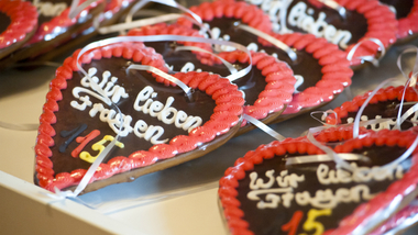 "Gingerbread hearts featuring the phrase ""We love questions - 115"" (source: BMI) (refer to: 115)"