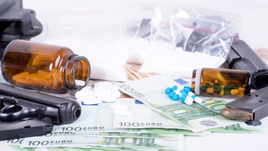 Table full of weapons, drugs, medicine and money (refer to: Federal Criminal Police Office)