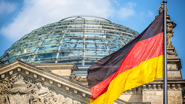 Reichstag mit Deutschlandflagge (refer to: Parliamentary state secretaries)